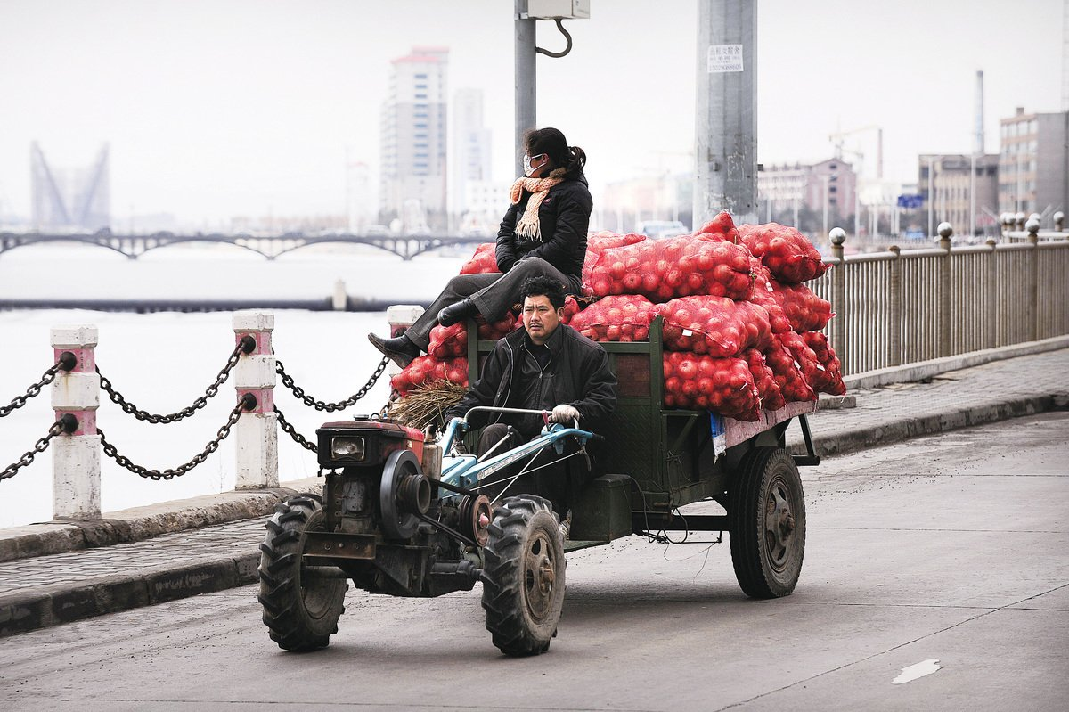 吉林省延吉市,農民載著貨物去賣。(Getty Images)