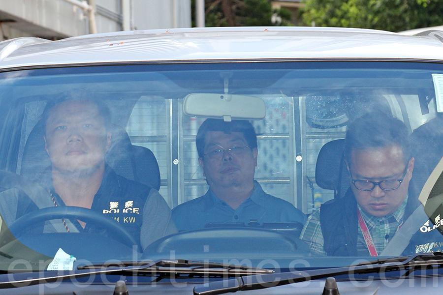 昨日下午4時許,林子健在律師陪同下,由警車押送至西九龍警察總部接受調查。(李逸/大紀元)
