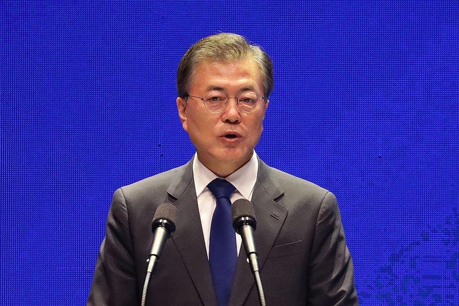8月15日,文在寅在首爾世宗文化會館舉行的光復72周年紀念活動上發表演說稱,將動用一切力量阻止戰火的硝煙吹至朝鮮半島。(Chung Sung-Jun/Getty Images)