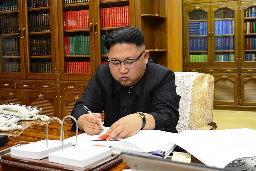 北韓媒體周二(8月15日)報道說,獨裁者推遲了向關島發射導彈的決定。(STR/AFP/Getty Images)