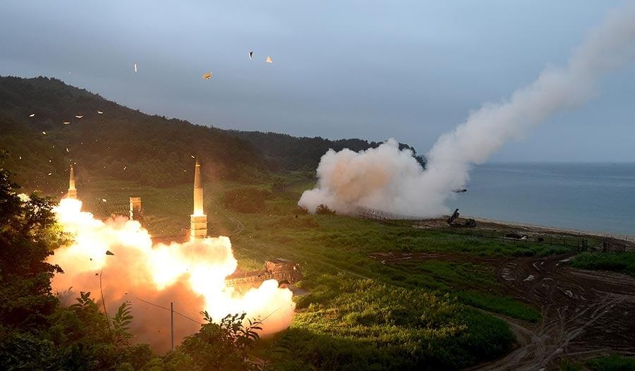 在美朝緊張局勢暫時降溫後,各界期待雙方通過外交途徑解決問題。然而,美朝之間外交秘密管道的對話,進展極為有限。圖為美韓聯合軍演。(South Korean Defense Ministry via Getty Images)