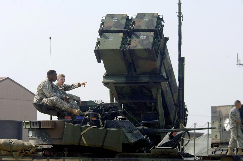 圖為位於南韓首爾以南的烏山空軍基地,美軍士兵坐在裝置愛國者導彈的軍車上。(JUNG YEON-JE/AFP/Getty Images)
