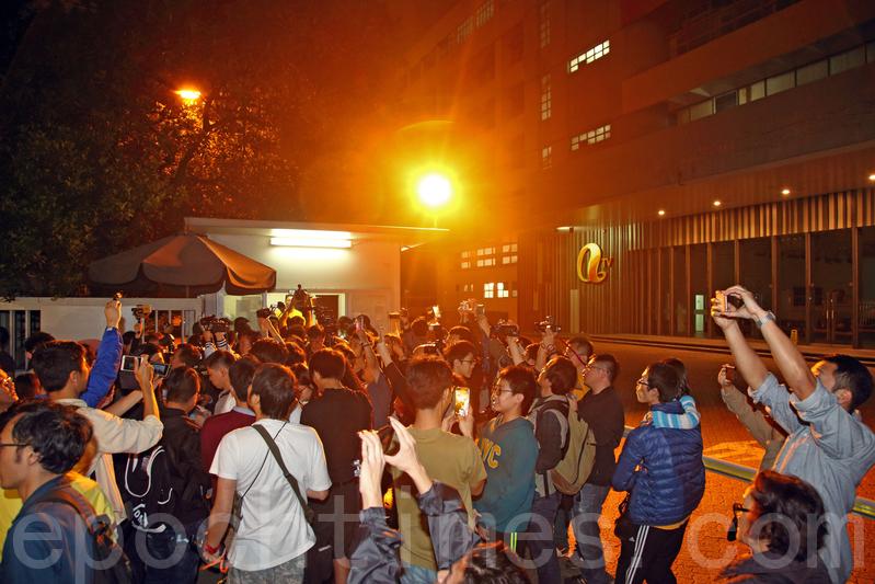 亞視午夜起停播,數十名市民到大埔廠房「送別」,並拍照留念。(蔡雯文/大紀元)