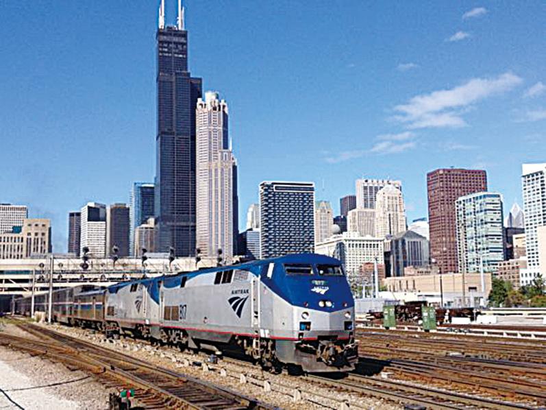 火車徐徐駛出高樓大廈的芝加哥城區,(網絡圖片)