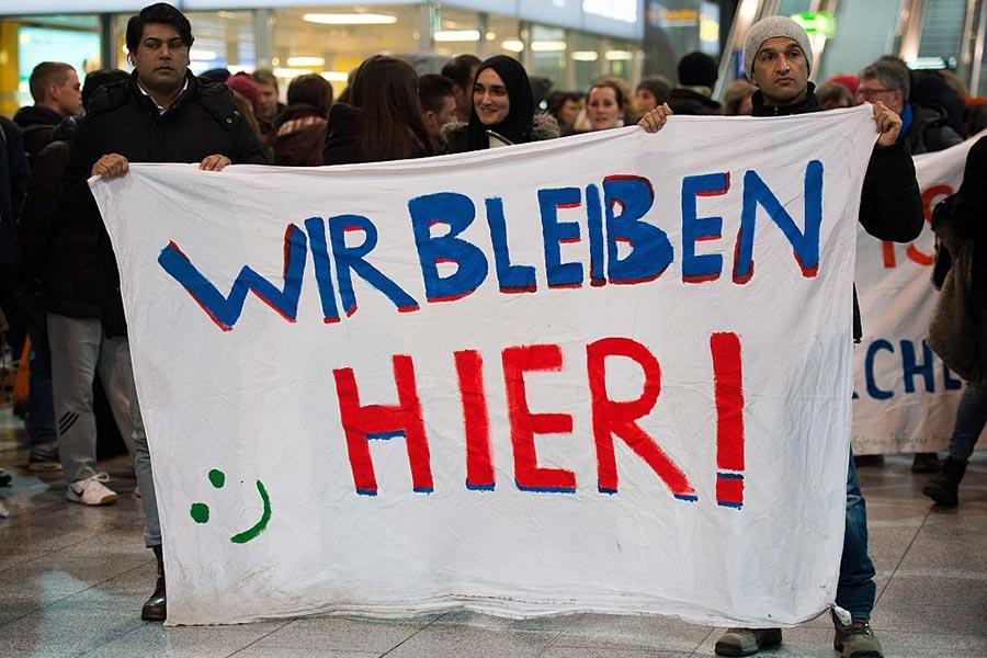 德國遣返難民時,在機場經常出現抗議場面。(SUSANN PRAUTSCH/AFP/Getty Images)