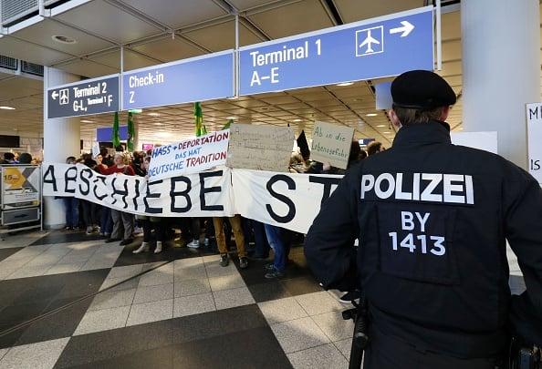 德國遣返難民時,在機場經常出現抗議場面。(UWE LEIN/AFP/Getty Images)