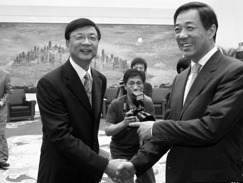 2011年9月17日薄熙來(右)和中國新聞社社長劉北憲(左)在重慶會面握手。(網絡圖片)