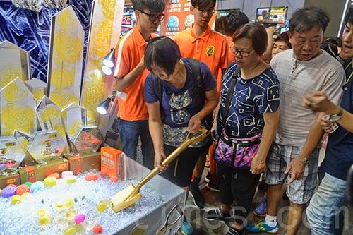 3位幸運兒獲得醉榴香每年獲送一盒價值約800元的貓山王榴槤月餅,為期30年。(宋碧龍/大紀元)