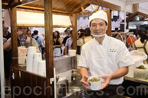 「程班長台灣美食」的主理人程班長坦言,雖然首日人流不及往年多,但是預計未來三日(週末)人流將會大增。(宋碧龍/大紀元)