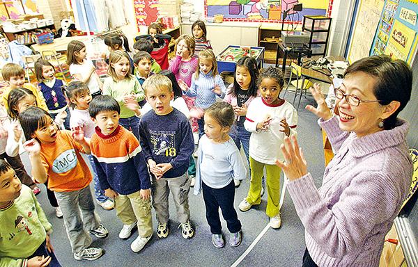 研究證明,兒童學習中文有助提高智商與能力。圖為美國馬里蘭州Potomac一所中文學校裏,兒童正在學中文。(AFP)