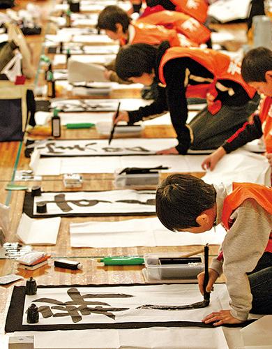 科學雜誌《自然》發表的一篇研究報告指出,日本兒童的智商高於歐美兒童,原因是日本兒童學習了漢字。圖為2006年新年期間,日本東京舉辦書法比賽。(法新社)