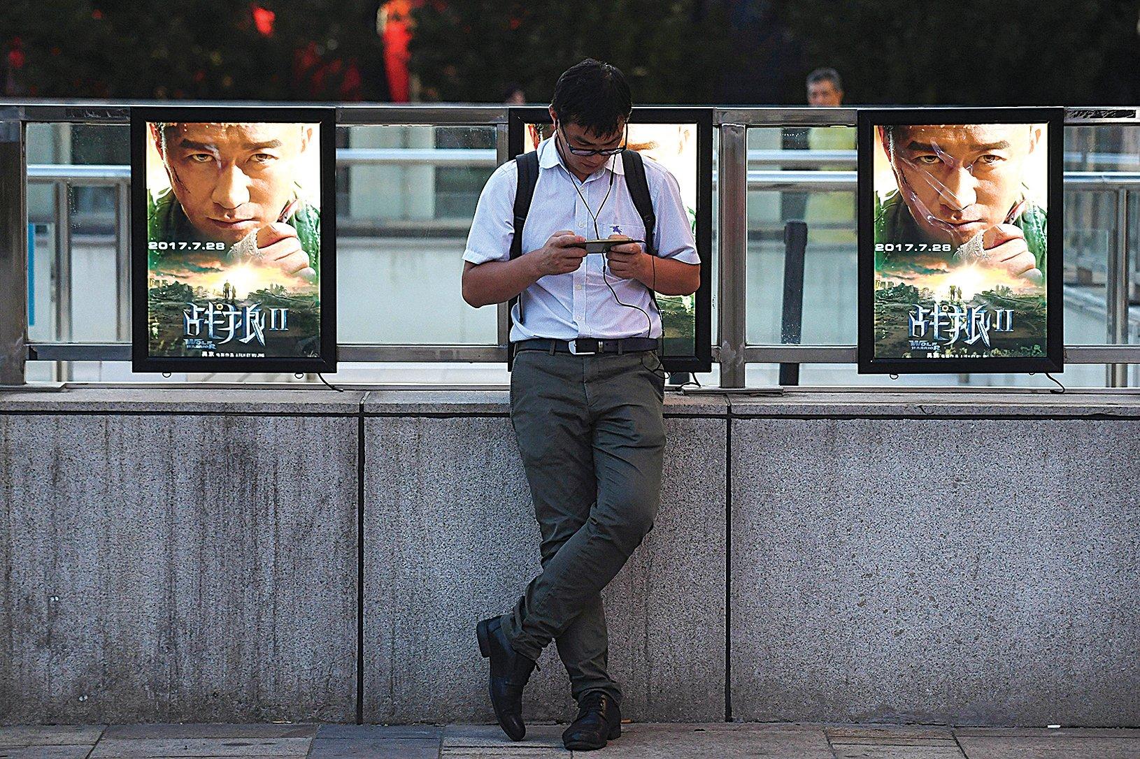 由大陸演員吳京主演與導演的《戰狼2》在中國大陸熱映,但片中的「愛國(黨)主義」論調卻引起網友兩邊倒的激烈對峙。(AFP)
