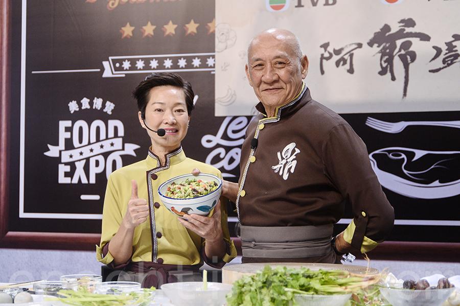 李家鼎(右)與譚玉瑛出席香港美食博覽,現場教煮餸。(宋碧龍/大紀元)