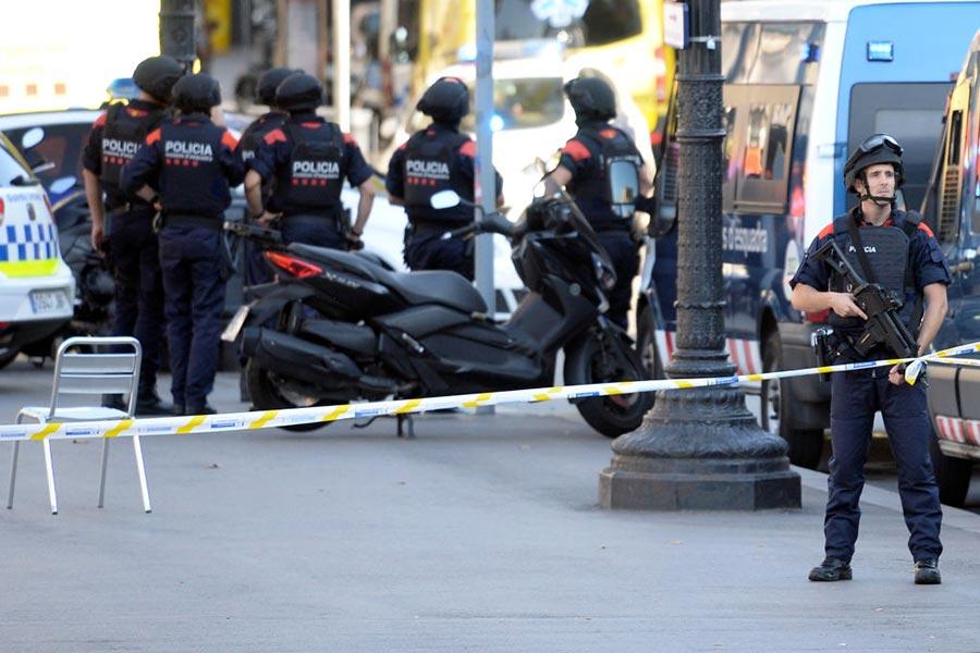 周四(8月17日)下午,西班牙巴塞隆拿的市中心發生一宗恐怖襲擊事件,一輛小型貨車衝入人群,造成13人死亡,數十人受傷。兩名疑犯被捕。(JOSEP LAGO/AFP/Getty Images)