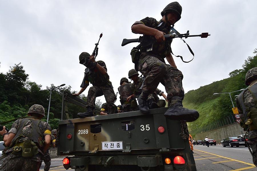 北韓獨裁者人金正恩8日說要觀察美國的動作,但並未明確表示放棄向關島射導彈的計劃。下周一(21日)的美韓軍演,將是檢驗金正恩決心的第一個關鍵點。圖為美韓聯合軍演的情形。(JUNG YEON-JE/AFP/Getty Images)