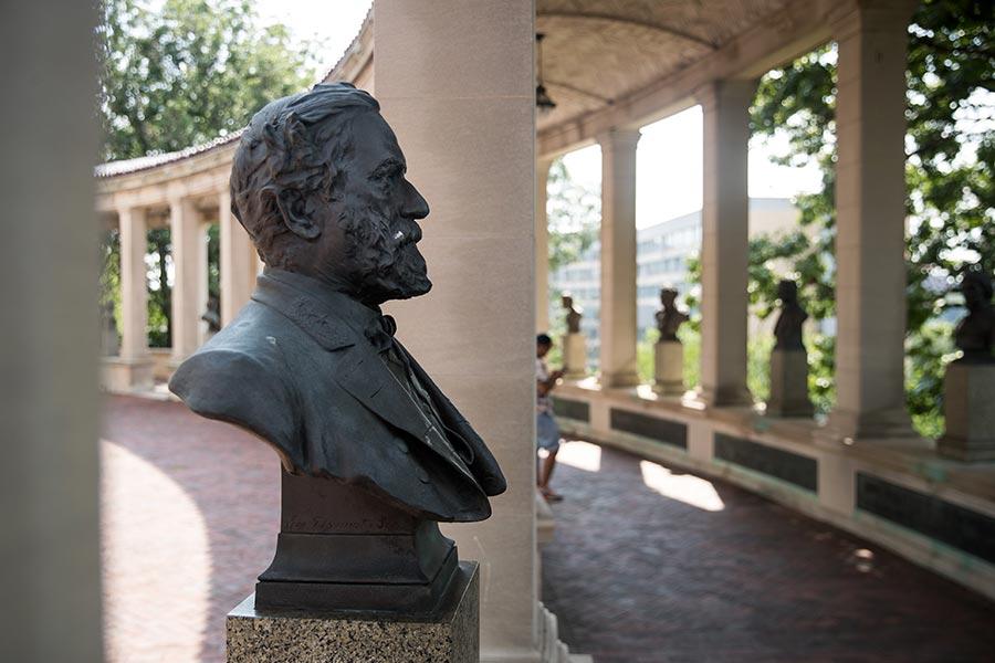 美國南北戰爭時期的南軍總司令羅伯特.李(將軍)的雕像被樹立在紐約布朗克斯社區學院的「美國名人堂」內。(Drew Angerer/Getty Images)