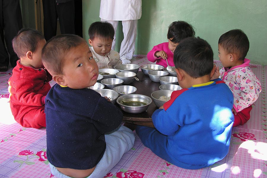 今年第二季中國向北韓出口糧食同比增長大幅上升,專家說,很可能是為了滿足北韓精英層的口腹之欲,但北韓人民仍在挨餓。圖為接受國際糧食援助的北韓孩童。(Gerald Bourke/WFP via Getty Images)
