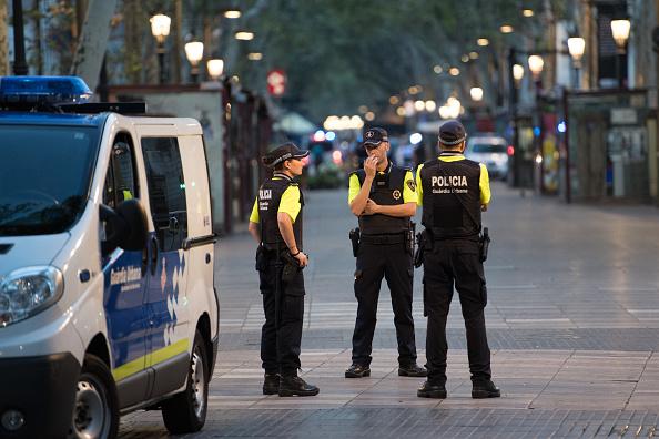 西班牙警方8月18日早上在巴塞隆拿南部小鎮挫敗另一宗類似撞人恐襲事件,擊斃了5名身上配戴自殺式炸彈腰帶的恐襲疑犯。(Carl Court/Getty Images)