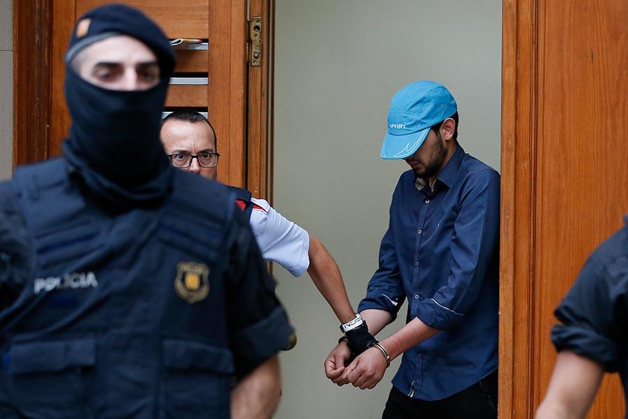 西班牙警方拘捕其中一名疑與巴塞隆拿恐襲有關的疑犯。(PAU BARRENA/AFP/Getty Images)