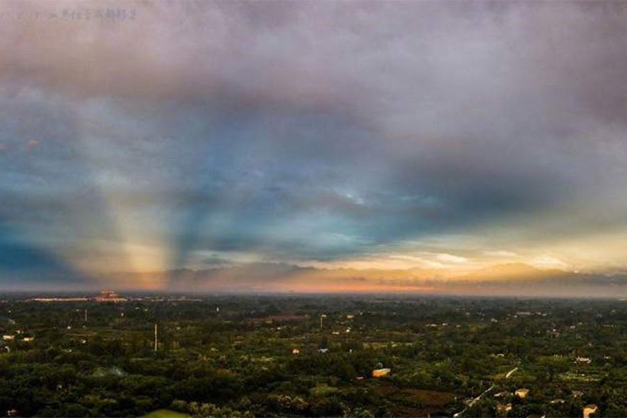 成都天空出現罕見的霞光和彩雲。(網絡圖片)