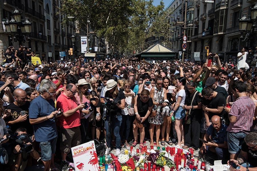2017年8月18日,西班牙巴賽隆拿舉行為連續恐怖襲擊的受害者默哀的儀式,民眾紛紛走上攻擊現場獻花致意。(Carl Court/Getty Images)