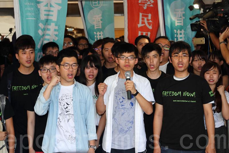 雨傘運動中的三位學生領袖黃之鋒、羅冠聰和周永康,去年原本被判緩刑或社會服務令,但香港律政司覆核刑期,8月17日上訴庭改判三人即時監禁六至八個月。(李逸/大紀元)