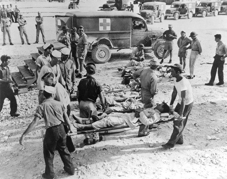 印第安納波利斯號重型巡洋艦沉沒後,被救上來的官兵。(維基百科)