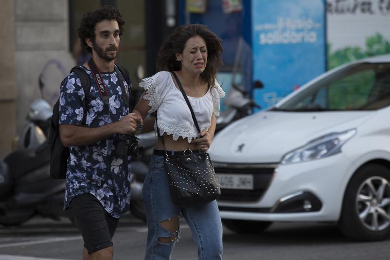 西班牙巴塞隆拿17日發生廂型車衝撞人群事件,造成至少13人喪命,逾百人受傷。民眾倉皇離開現場。(安納杜魯新聞社提供/中央社)