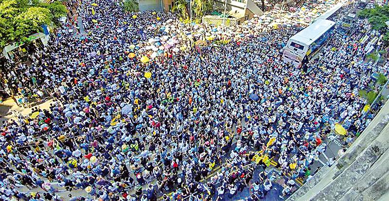 參與遊行的市民逼滿灣仔修頓球場旁的盧押道和莊士敦道。(網絡圖片)