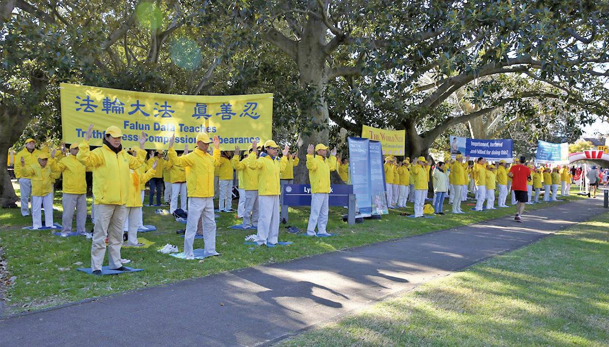 8月13日,悉尼部份法輪功學員來到東悉尼玫瑰灣(Rose Bay)的主街,向參加「從城市到海灘」慈善長跑的民眾傳播法輪功的真相並演示法輪功功法。