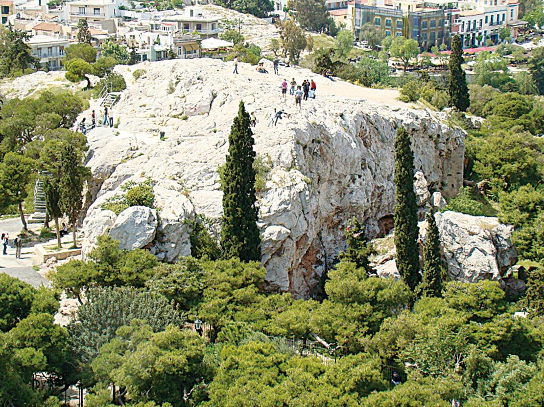 被稱為Aeropagus的岩石,這裏也是去Propylaea會經過的地方。(維基百科)