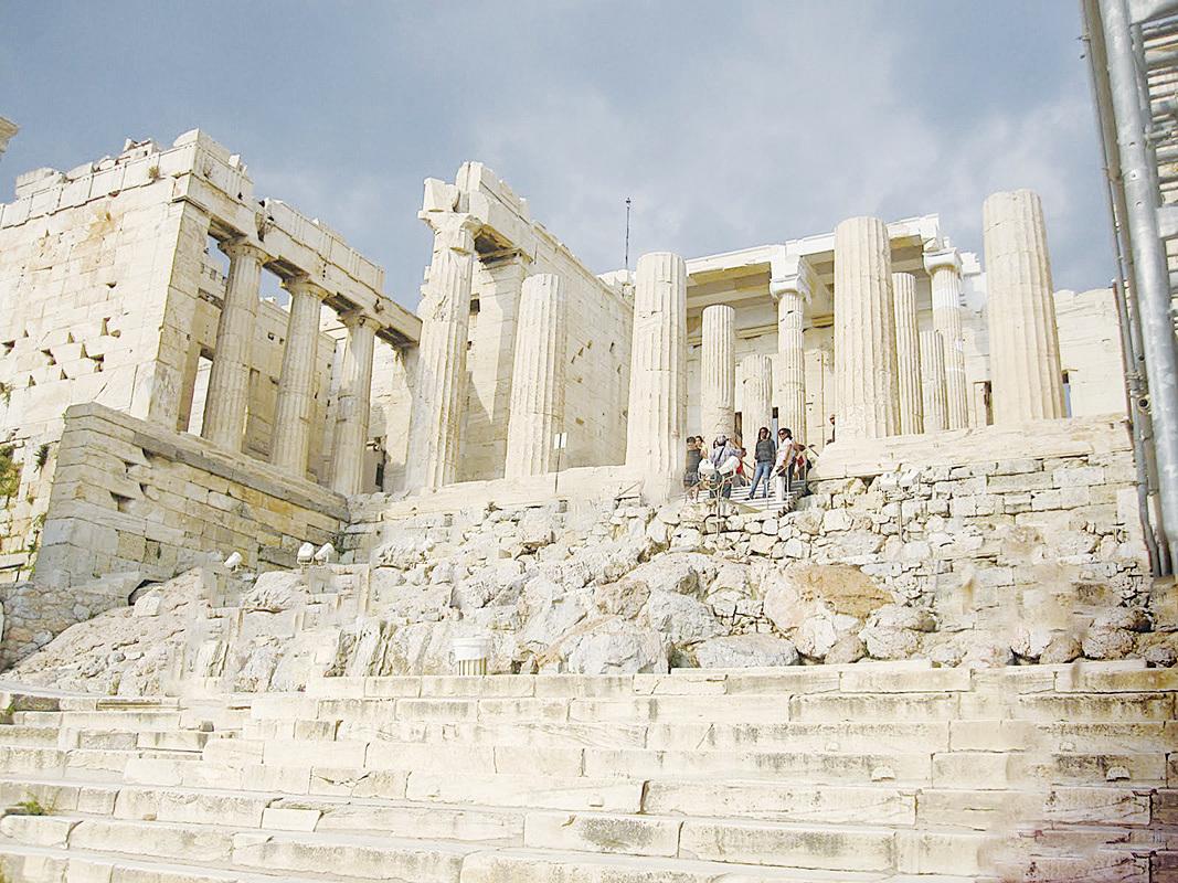 Propylaea規模相當浩大,包括了1百多米的階梯、24根大型廊柱、和幾間房子。當朝拜者沿著階梯上行,穿過Propylaea時,兩旁巨大、高聳、莊嚴的廊柱,想必會讓他們的內心產生出不少的敬畏。(網絡圖片)