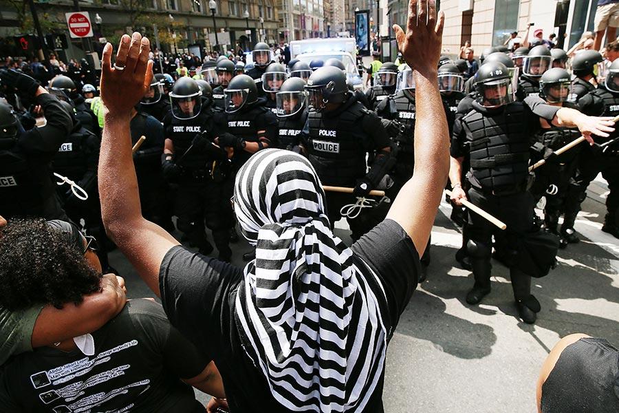 周六(8月19日)在波士頓,數千反納粹、反種族主義的示威者淹沒了一小群白人種族主義者的「言論自由」集會。特朗普總統作出回應,抨擊煽動鬧事者,同時感謝抗議仇恨的人。(Scott Eisen/Getty Images)