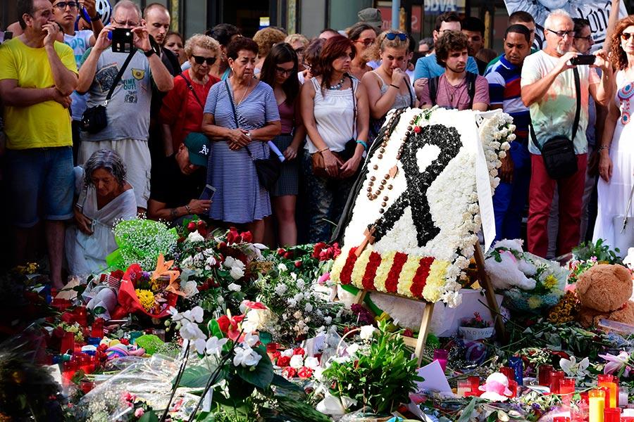 警方周日(8月20日)在西班牙整個東北設立了幾十個路障,希望抓到12名伊斯蘭極端份子在內的團伙成員。他們發起了兩宗襲擊,並密謀使用炸彈實施更致命的屠殺。(SORIANO/AFP/Getty Images)