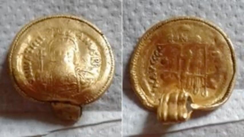 一名金屬探測家發現了一枚罕見的6世紀的黃金吊墜。這枚吊墜在1500年前製造,由拜占庭硬幣鑄造。(視像擷圖)