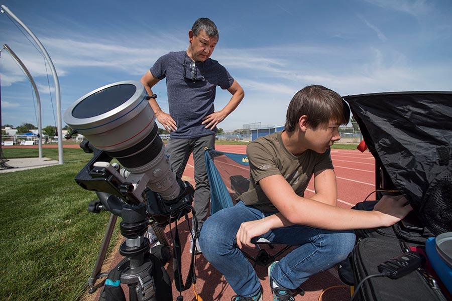 許多美國人已抵達日全食最佳觀賞地點外,來自世界各地的民眾也紛紛湧向美國,盼能親眼目睹這場罕見的天文奇觀。(AFP PHOTO/STAN HONDA)