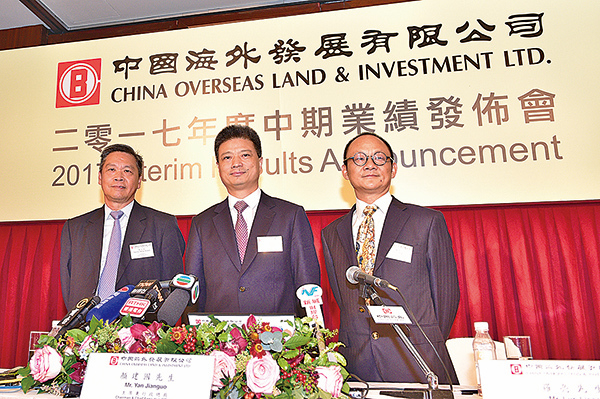 中海外集團主席兼行政總裁顏建國(中)稱,大陸加強限制國企海外投資,對集團並未帶來影響。(郭威利/大紀元)