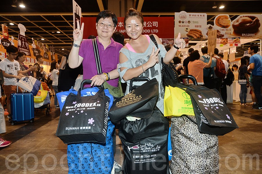 家住港島東的葉小姐(右)和親人一行四人行美食展掃3、4千元貨,盡興滿載而歸。(宋碧龍/大紀元)
