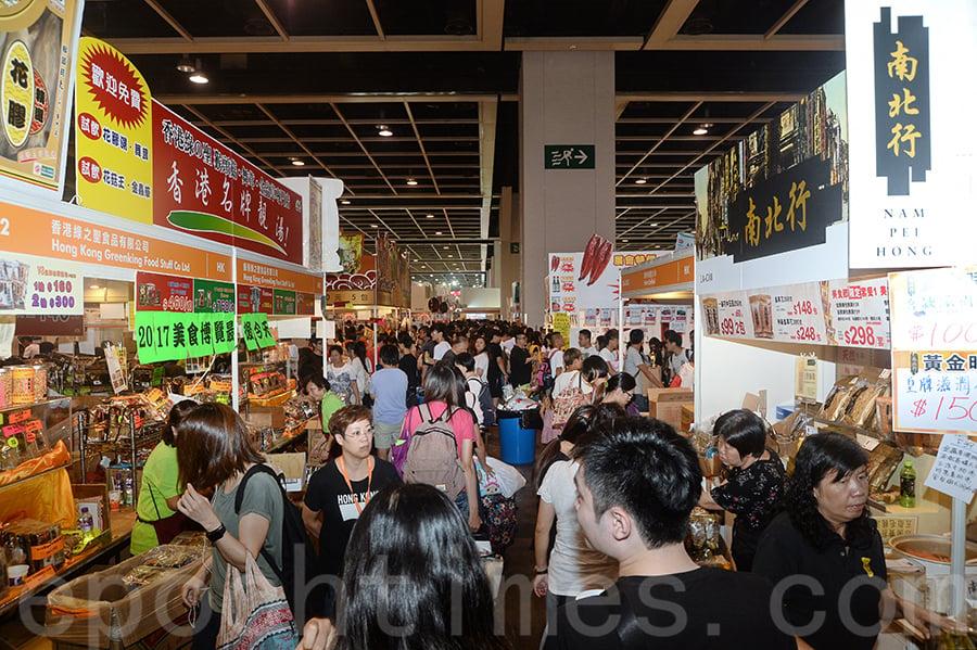一年一度香港「美食博覽」17日起一連5日在灣仔會展舉行。不少市民提早到場排隊,搏玩「一蚊」遊戲。(宋碧龍/大紀元)
