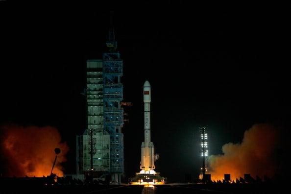 中國目標飛行器「天宮一號」,2日早上8時15分墜入地球大氣層,再落入南太平洋中部區域,絕大部份器件在墜入大氣層過程中燒毀。圖為2011年9月29日發射的中共「天宮一號」。(STR/AFP/Getty Images)