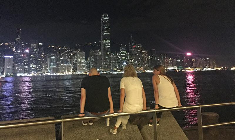 每逢打風,尖沙咀海傍都是熱門體驗風力的景點。昨晚有外國遊客也來觀風。(梁珍/大紀元)