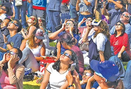 這裏雖沒有日全食,但人們興致仍高。(AFP)