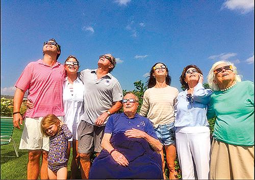 前總統老布殊(中)一家四代人看日食,今年93歲的老布殊已經做好看2024年德州日全食的準備。(Twitter)