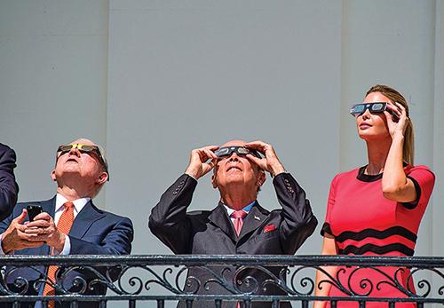 從左到右:司法部長塞申斯、商務部長羅斯、第一女兒伊萬卡在白宮。塞申斯還趁機和特朗普「破冰」。(AFP)