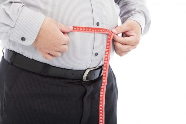 美國一項研究發現,擁有粗腰圍的蘋果型身體,罹患心臟病的風險較高。圖為一名擁有粗腰圍的男性。(Fotolia)