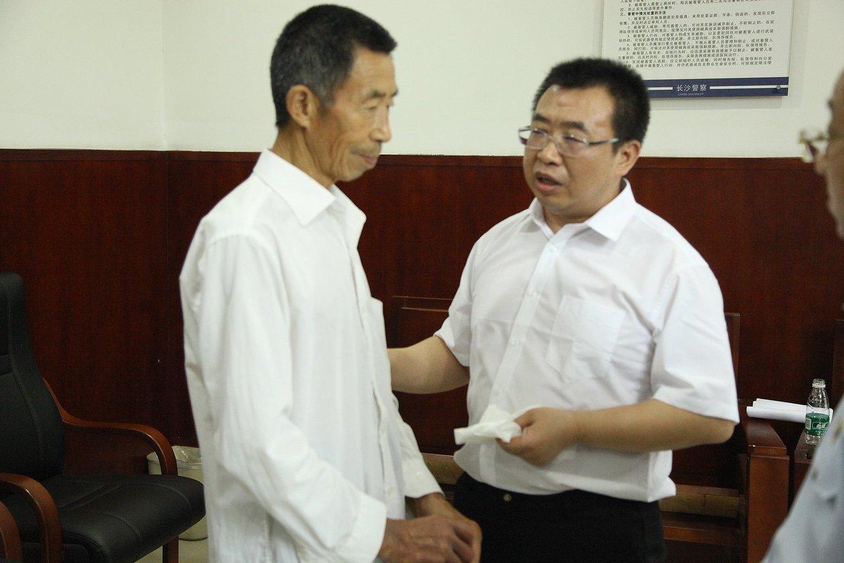 江天勇的父母被強押參加庭審,作為人質以脅迫江天勇「認罪」。(推特圖片)