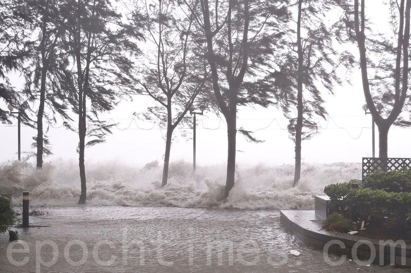 圖為今年8月23日,強颱風天鴿襲港期間,天文台一度發出十號颶風信號。位於港島東區的杏花邨海面風高浪急,出現5米高巨浪,岸邊花園平台亦水深及膝。(余鋼/大紀元)