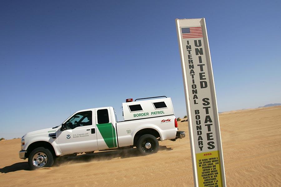 在亞利桑那州的美墨邊境線上,美方矗立的一塊即將在此修建邊境圍欄的標牌。(David McNew/Getty Images)