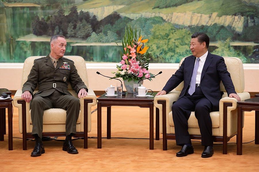 美軍參謀長聯席會議主席鄧福德在訪華期間與習近平會面。(ANDY WONG/AFP/Getty Images)