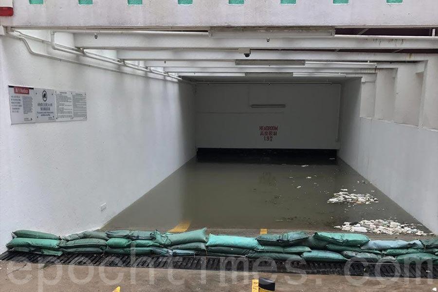 柴灣杏花邨的地下停車場被水浸滿,車輛沒頂恐至報廢。(大紀元)